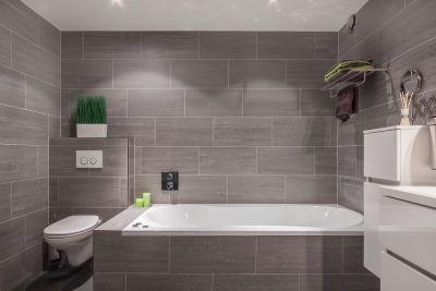 Moderne badkamer donker betegeld mooi in combinatie met het witte sanitair sumatra 16 - Badkamer donker ...