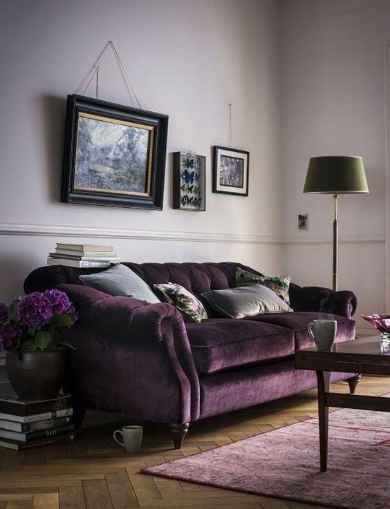 très jolie idée peinture salon rose, canapé et fleurs dans la gamme mauve, déco très stylé