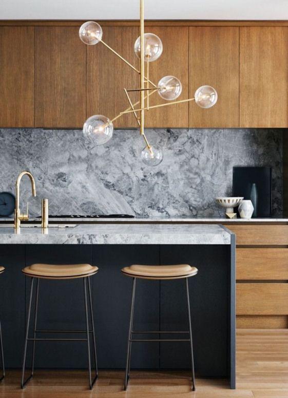 Cuisine Noire Et Bois Aux Lignes Epurees Et Aux Accents Chic En Marbre Verre Et Mid Century Modern Kitchen Design Interior Design Kitchen Modern Kitchen Design