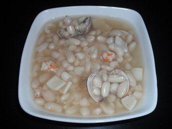Judias blancas, con almejas, calamar y langostinos.