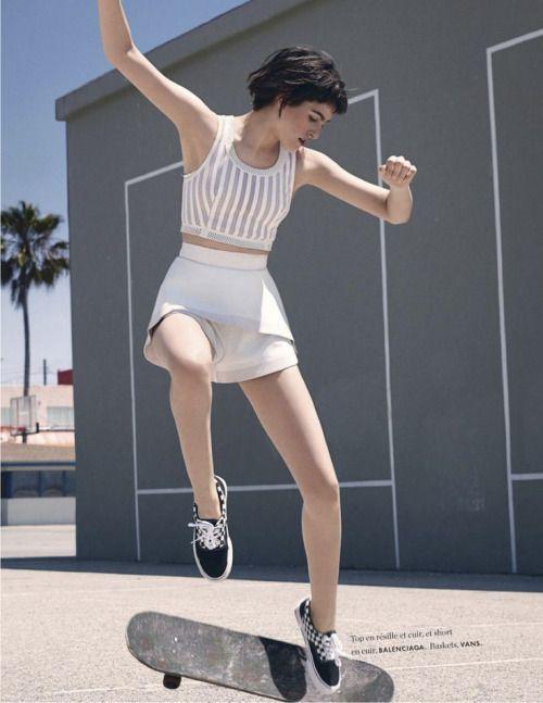 絵のように美しい女性とスケートボード
