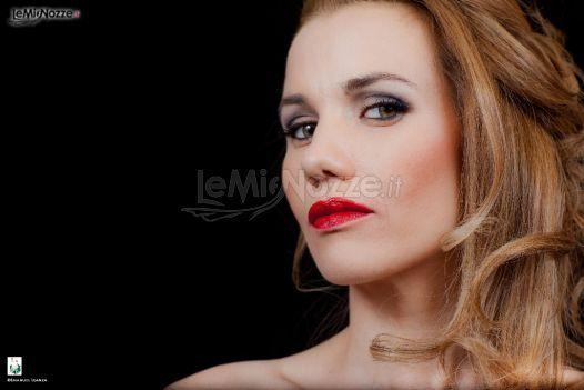 Acconciatura sciolta e labbra rosse per una sposa glamour: trova qui il tuo parrucchiere delle nozze >> http://www.lemienozze.it/operatori-matrimonio/trucco_e_acconciatura/make-up-artist-a-roma/media