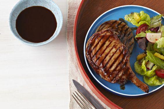 Le cola et la sauce barbecue KRAFT se marient à merveille dans cette sauce délicieusement sucrée et collante qui accompagne ces succulentes côtelettes grillées.