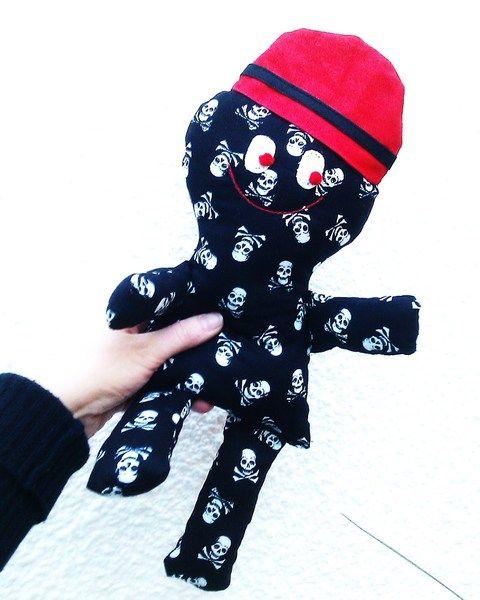 """Stoffpuppe  Voodoo    Puppe    Pippi    ♥♥♥♥♥♥♥♥    """"Voodoo""""  sucht ein liebevolles Zuhause, er ist 38cm groß und aus Totenkopfstoff genäht.  Gefüllt mit Soft"""
