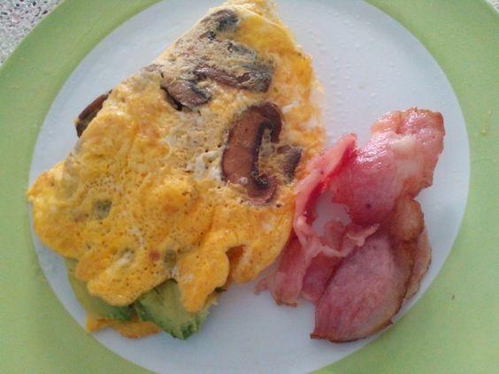 Omelet de champiñones, tocino  y aguacate