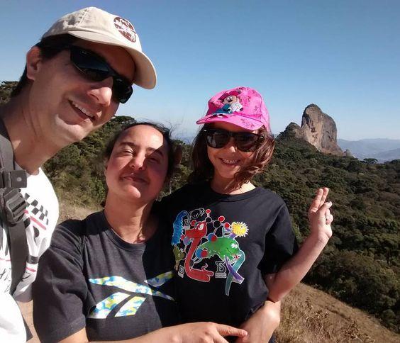 Olha a Pedra do Baú lá no fundo! #familiaviagem #familiaviagemnaestrada #saobentodosapucai #pedradobau #viajandocomcriancas #viagemcomfilhos