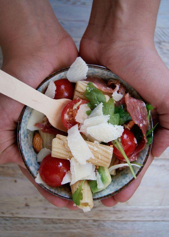 Un peu de saveurs italiennes avec une salade de pâte au jambon cru et roquette pour midi ! Privilégiez pour cette recette des grosses pâtes (penne ou pipe rigate). Ingrédients pour 2