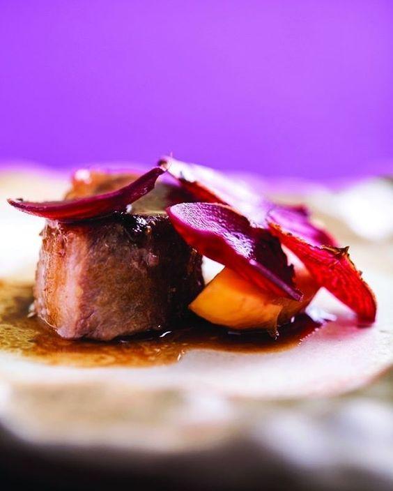 """Um prato ousado, diferente e saboroso é este """"javali"""", de Manu Buffara. Feito de carré de javali, mandioquinhas, molho rôti e beterrabas, essa receita é ótima para abrir a refeição. Aprenda a fazer acessando o #sitepdm."""
