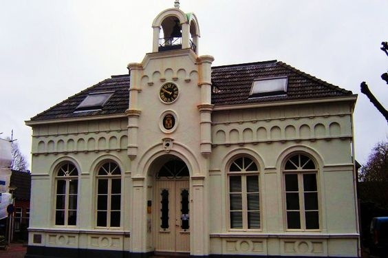 Het voormalige raadhuis van Diepenheim stamt uit 1889. Boven de entree van het neoclassicistische pand is het gemeentewapen van Diepenheim nog zichtbaar. Dit wapen met drie blauwe berenklauwen op een goudkleurig schild onder een gouden kroon is ontleend aan het familiewapen van Hendrik van Dale. Het witgepleisterde pand is nu in gebruik als kantoor.