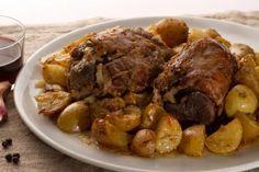 Lo STINCO DI MAIALE al forno con patate è un corposo e gustosissimo piatto unico che dona un tocco di rustico alla tavolata natalizia.  Qui la #ricetta di #GialloZafferano: http://ricette.giallozafferano.it/Stinco-di-maiale-al-forno-con-patate.html  #Natale #Capodanno