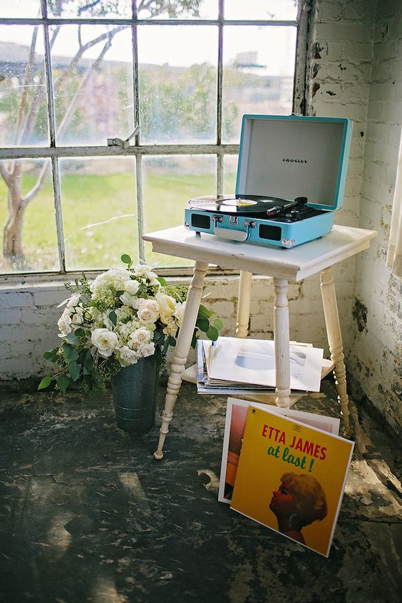 Vintage record player with flowers | K&S Snapshots | see more on: http://burnettsboards.com/2015/03/sunday-kind-love-brunch-wedding-editorial/:
