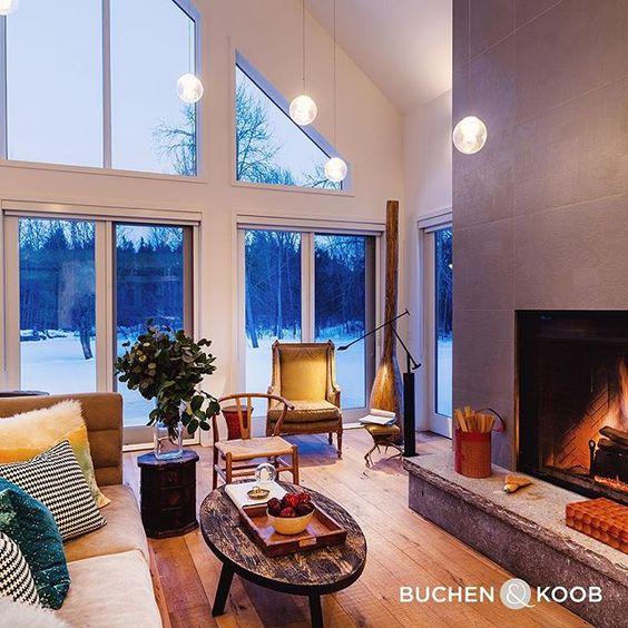 Hochwertiges Holz kombiniert mit edlen Stoffen sorgen für Eleganz - wohnzimmer gemutlich kamin