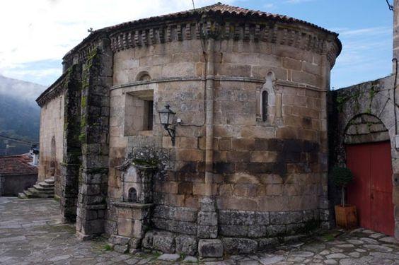Pazos de Arenteiro, iglesia de San Salvador, vinculada a la Orden de Malta, románica del siglo XIII, que pertenecía a un antiguo monasterio. En su interior se pueden contemplar un retablo renacentista y los sepulcros de quienes ganaban el descanso eterno bajo su suelo tras haber pagado cierta cantidad en vino.