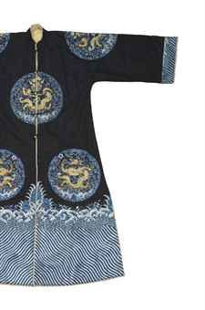 AN UNUSUAL IMPERIAL LINED EMBROIDERED BLUE SILK WOMAN'S SURCOAT  GUANGXU PERIOD (1875-1908)