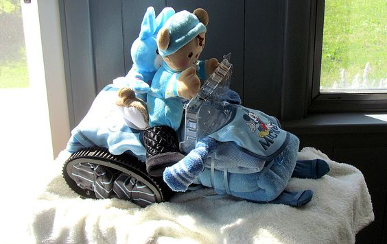 Snowmobile Diaper Cake.....totally for you Jess & Mike, and if its a girl make it pink!!!! <3 it