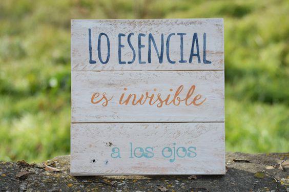 Frase pintada sobre tablas elaboradas con madera reciclada de palets.: