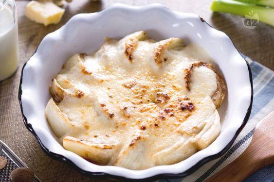 I finocchi gratinati sono un contorno sostanzioso e saporito, i finocchi sono cotti in forno con la besciamella che crea una croccante doratura!