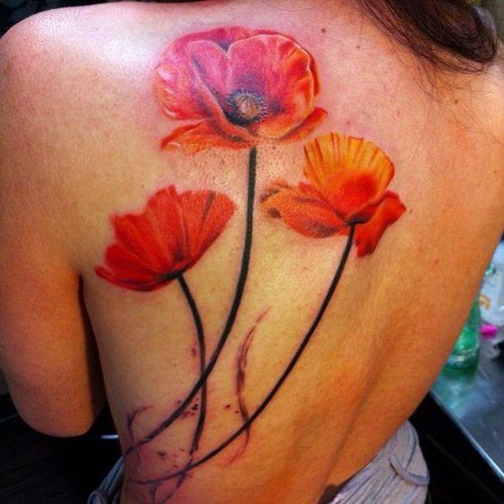 Tatouage de beaux pavots rouges sur le dos
