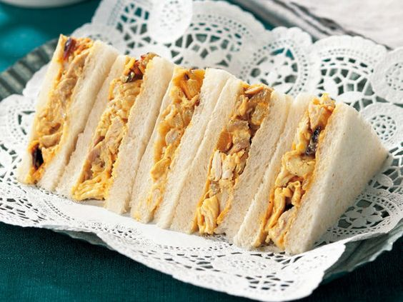 Coronation Chicken Sand  Bread (eight cut) 2 sheets Chicken breast 1/3 sheets White wine (or sake) 50ml Salt and pepper Each appropriate amount A ├ mayonnaise 1 tablespoon ├ Green raisins (chopped) ※ 1 teaspoon 1/2 └ curry onion spread 1/2 tablespoon Lemon butter 1/2 tablespoon