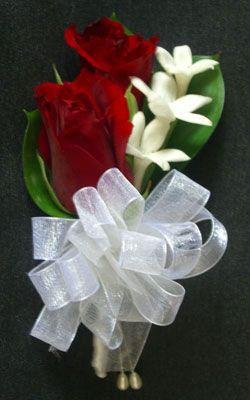 Red and white wedding flower boutonnieres. Romantic! #weddingflowers