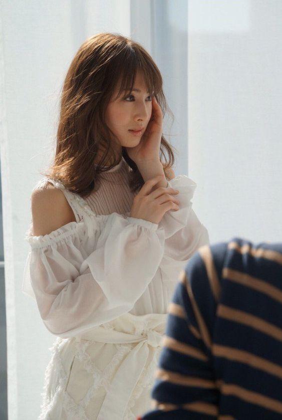 白い透けたお洋服の北川景子