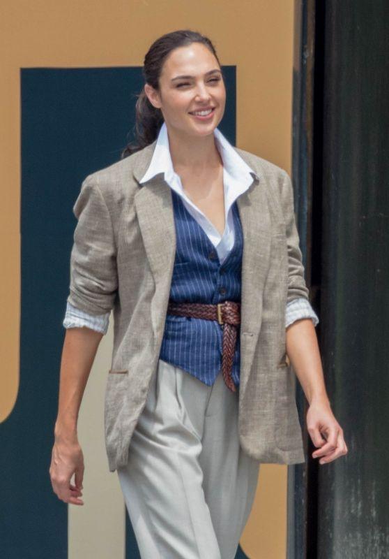 Pin By Edith Maldonado On 2020 Her Universe Wonder Woman Gold In 2020 Gal Gadot Style Gal Gadot Celebrity Jackets