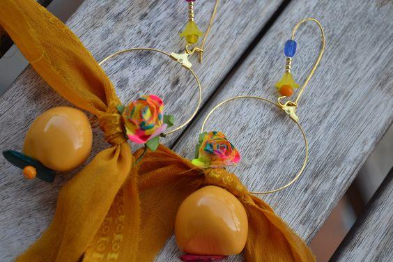 """Créoles dépareillées """"Mon jaune de soie multi-couleurs"""" avec soie de sari…"""