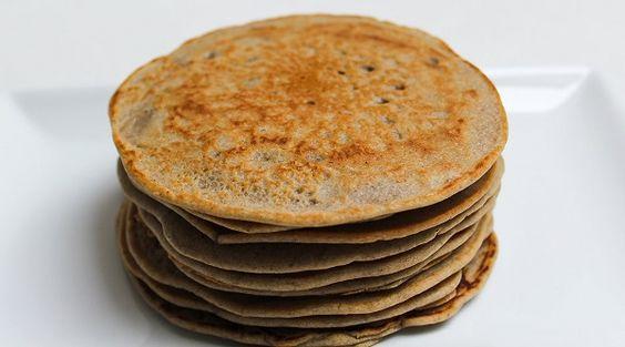 Boekweitpannenkoeken, heerlijk zijn ze! En ze zijn ook nog eens makkelijk en snel klaar te maken. Je maakt ze net als gewone pannenkoeken, maar je vervangt de tarwebloem door het boekweitmeel.Als je geen koemelk wilt gebruiken, kun je dit vervangen voor een plantaardige melk. Ik gebruik zelf altijd ongezoete amandelmelk. Verder kun je er op