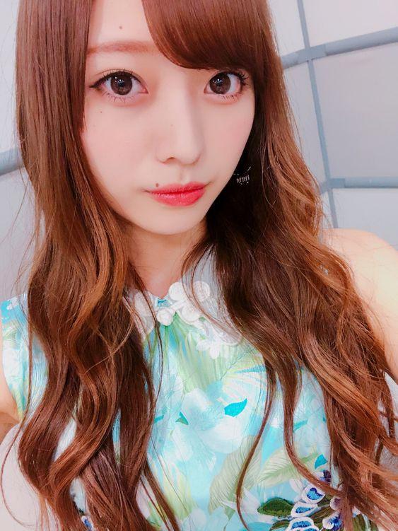 花柄のシャツを着たゆる巻スタイルの梅澤美波の画像
