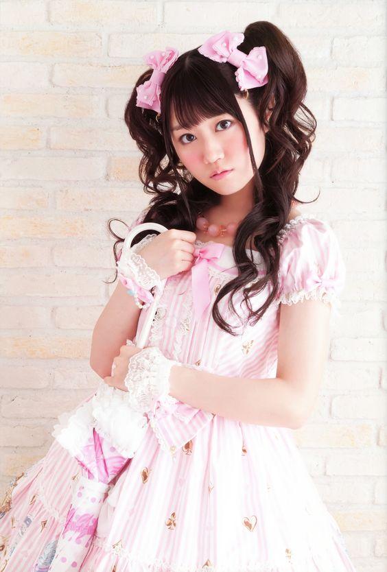 ピンクドレスの小倉唯