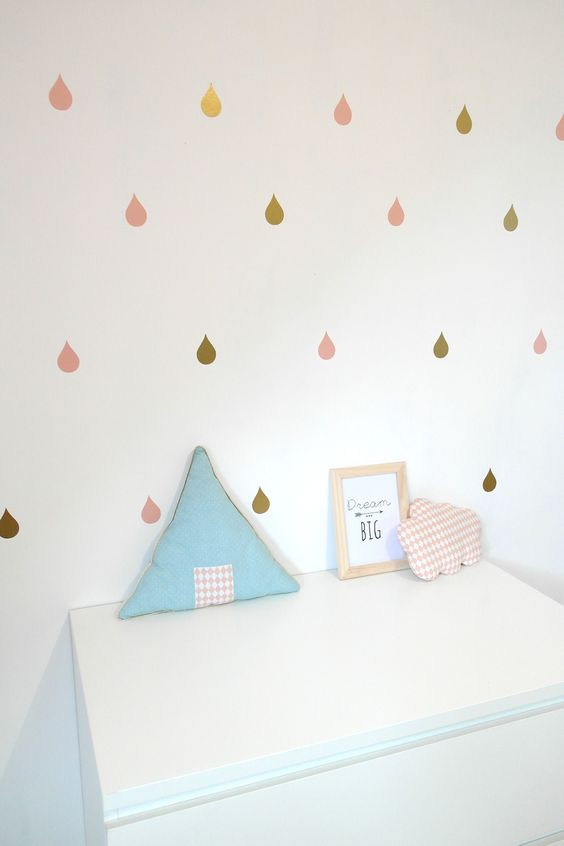 Les stickers gouttes de pluie dorés et roses pour une déco de chambre tendance ! Coloris au choix