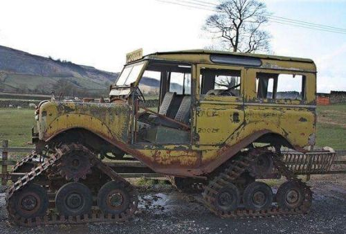 se-dax:  yellowlandy:  Yellow Land Rover Defender  INTERESTING!!
