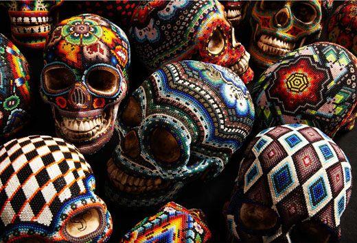 Our Exquisite Corpse hat sich mit mexikanischen Huicholen zusammengetan und gemeinsam bringen sie diese farbenfrohen perlenbesetzten Harz-Totenschädel auf