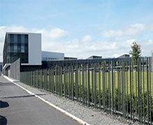 Clôtures Exalt et portails Allix de Dirickx sécurisent le nouveau siège social du groupe Roullier à Saint-Malo