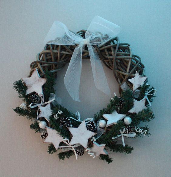 couronne de noël blanche avec des étoiles en bois patinées : Accessoires de maison par mylittledecor