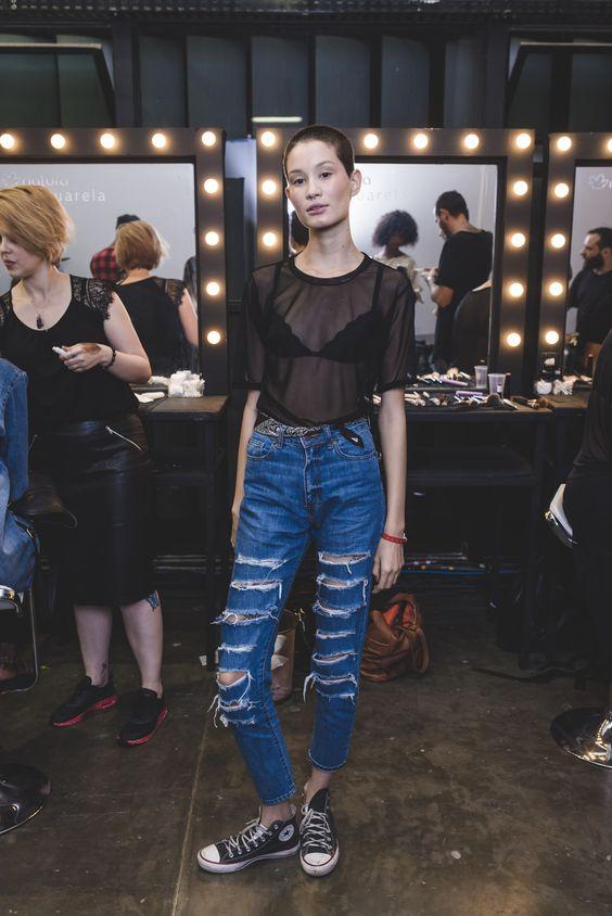A modelo Katia André arrasou na combinação da transparência sexy com o lado descontraído do jeans + All Star! Detalhe ainda para a bandana usada como cinto!