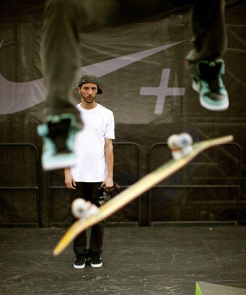 スケートボードの後ろで棒立ち