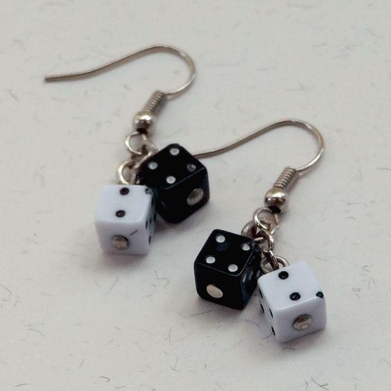 Brincos Dadinho Preto e Branco - Little Black and White Dice Earrings | Beat Bijou | Elo7