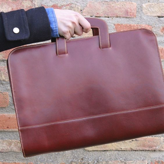 Elegant Business Leather Briefcase www.bolsosmariaatienza.com #briefcase #leather #business