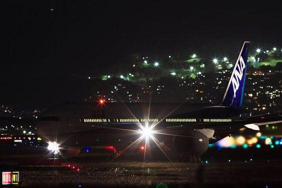 光っている飛行機