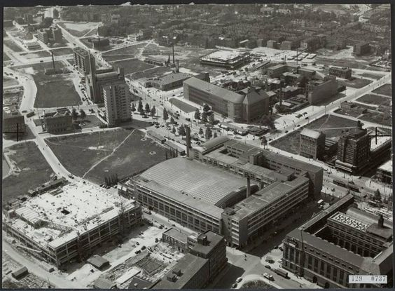 De vierde historische bouw foto (ca 1949) in de reeks van 5 is de bouw van de V naar het ontwerp van architecten Kraaijvanger. Midden op de luchtfoto de Beurs op de hoek van de Meent en de Coolsingel. Op de Plek waar Forum Rotterdam wordt gebouw zijn nog de resten van het oude Coolsingel ziekenhuis te zien (1960 gesloopt).