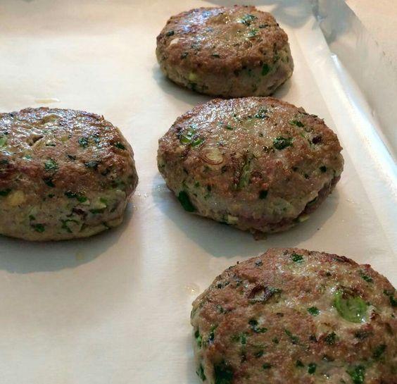 Thai turkey burger Melina la ricetta e' piuttosto semplice: 500g di macinato di tacchino (io uso cosce), 3 o 4 cipollotti (scallions) tagliati finemente, 2 Tbs (o meno se nn piace molto) di zenzero tritato, 1 spicchio d aglio tritato, la parte tenera (tritata) di un gambo di lemongrass (citronella), un po di peperoncino, del cilantro (o prezzemolo) tritato, un uovo, sale e pepe. Amalgamo bene il tutto e formo i burgers (bagna le mani con l acqua cosi la carne e' piu malleabile). Poi io li ho…