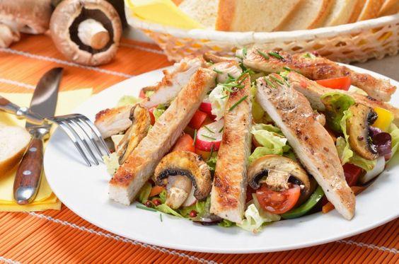 Salat mit gebratenen Putenstreifen