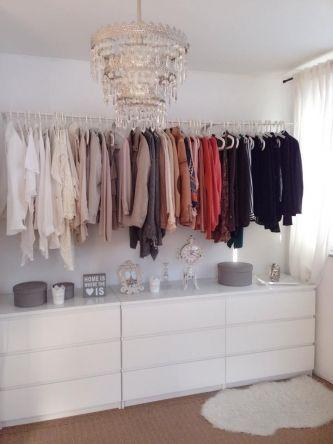 Ideal Ein begehbarer Kleiderschrank mit MALM Kommoden mit Schubladen in Grau MULIG Kleiderstangen in Wei und SKUBB Schuhkartons in Lila Pinterest Clothes