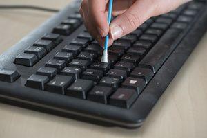 Mit einer sauberen Tastatur arbeitet es sich nicht schneller, aber angenehmer. Hier ein paar schnelle Tipps für ein tipptopp sauberes Tastenbord.