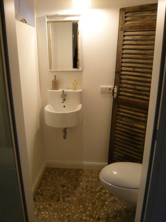 Kiesel Ikea Ann Waschbecken Hidra Toilette Flusskiesel Verputzte Wande Und Eine Alte Franzosische Lamellentur Mit Bildern Lamellenturen Toiletten Flusskiesel