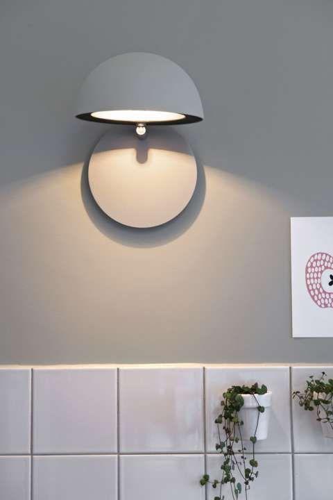 Kul Lampe Nar Lampen Vippes Ned Skaper Den Et Stemningsfylt Lys Ved Behov Vippes Skjermen Opp Og Lampen Gir Direkte Arbeids Vegglamper Vegglampe Interior Hus