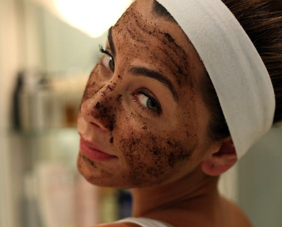Esta máscara de café para o rosto é capaz de eliminar olheiras, reduzir manchas, e elimina impurezas como células mortas através da esfoliação.