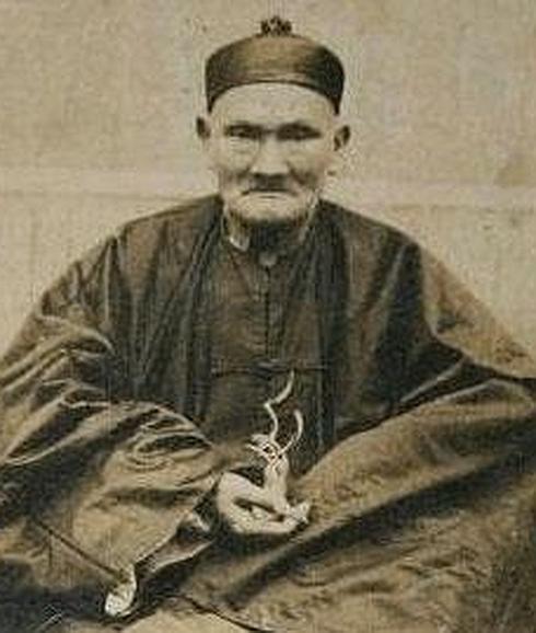 En la residencia de este gobernador y caudillo fue realizada a la edad de 250 años, la única fotografía existente de Li Ching-Yun, quien viviò hasta los 256 años