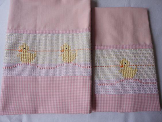 Enxoval de bebe - Jogo de mini lençol bordado em vagonite - Pintinhos - Rosa Confeccionado por Maete Atelier www.facebook.com/maete.atelier